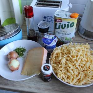 Alle Zutaten für Käsespätzle auf einem Bild
